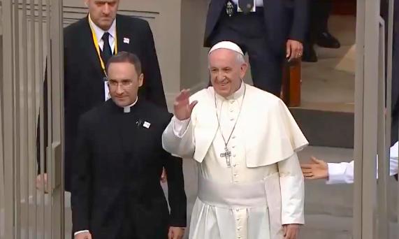 El Papa Francisco sale de la Nunciatura Apostólica de Lima para viajar a Puerto Maldonado. Captura VIA TV PERU