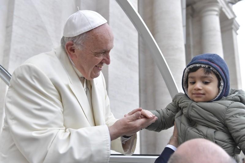 El Papa Francisco bendice a un niño en la Audiencia General © Vatican Media