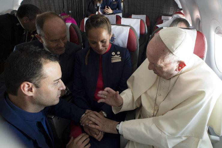 El Papa Francisco casa a dos personas en el vuelo a Iquique © Vatican Media