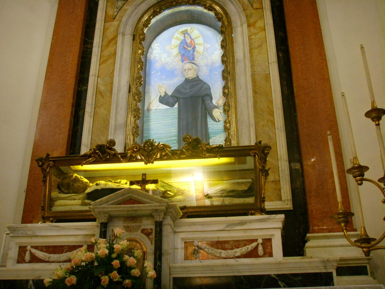 Viareggio, iglesia de San Andrés, altar con las reliquias de San Antonio Maria Pucci. Wikimedia Commons