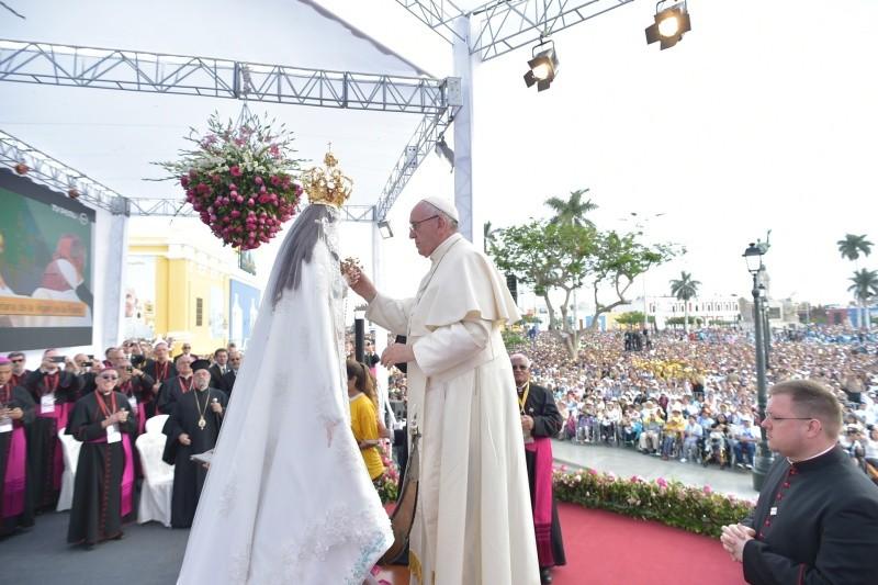 El Papa bendice una imagen de la Virgen María © Vatican Media