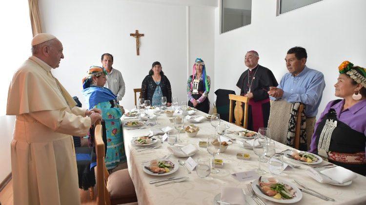 El Papa bendice los alimentos que comparte con los chilenos © Vatican Media