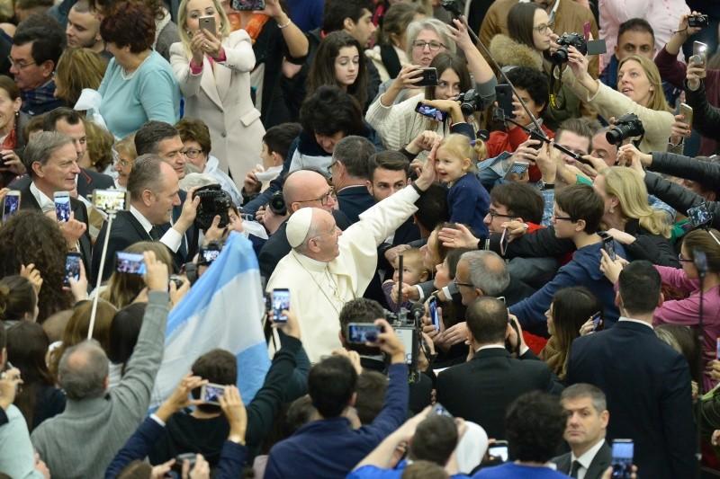 El Papa saluda a los peregrinos en la audiencia general © L´Osservatore Romano