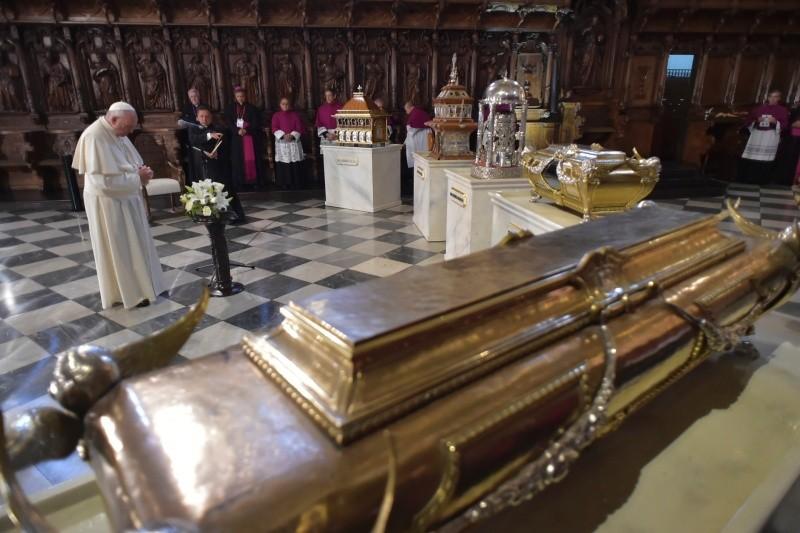El Papa ora antes las reliquias de los santos peruanos © Vatican Media