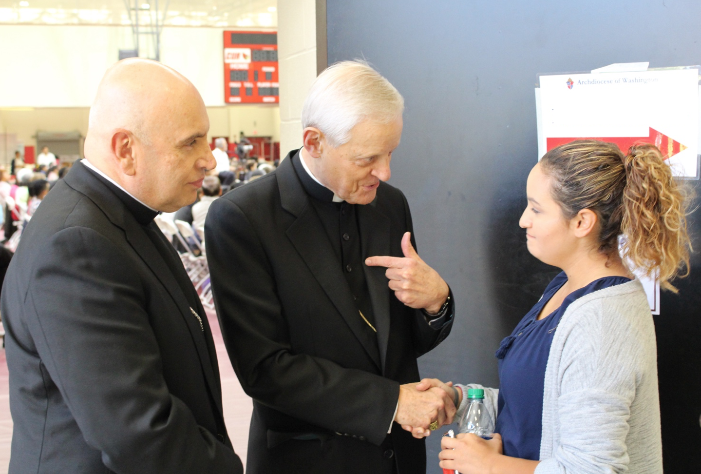 El Card. Donald Wuerl (centro) y Mons. Mario Dorsonville conversan con una joven DACA en Washington, DC © Enrique Soros