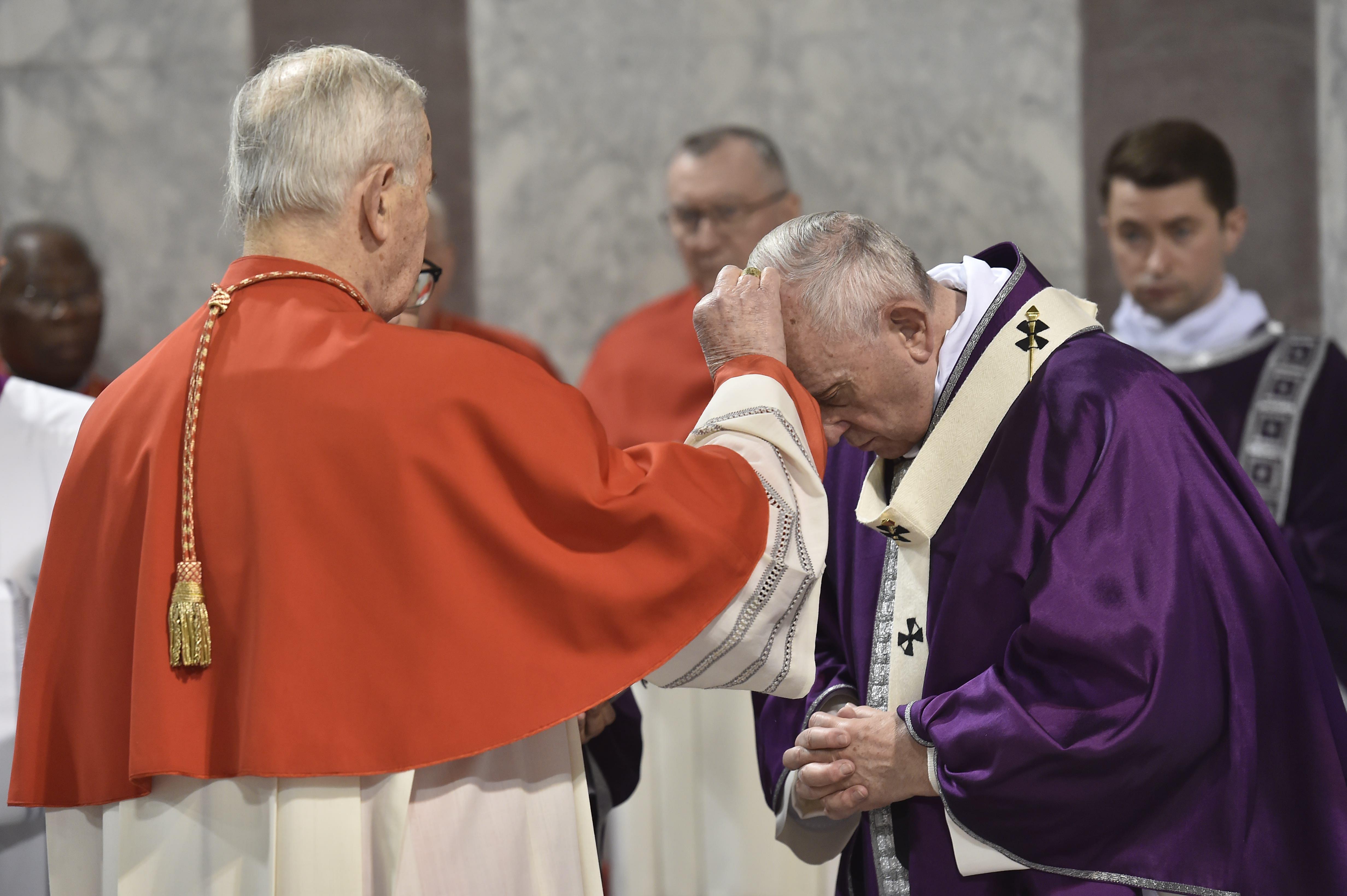 Imposición de las cenizas al Papa Francisco, Basílica de Santa Sabina © Vatican Media