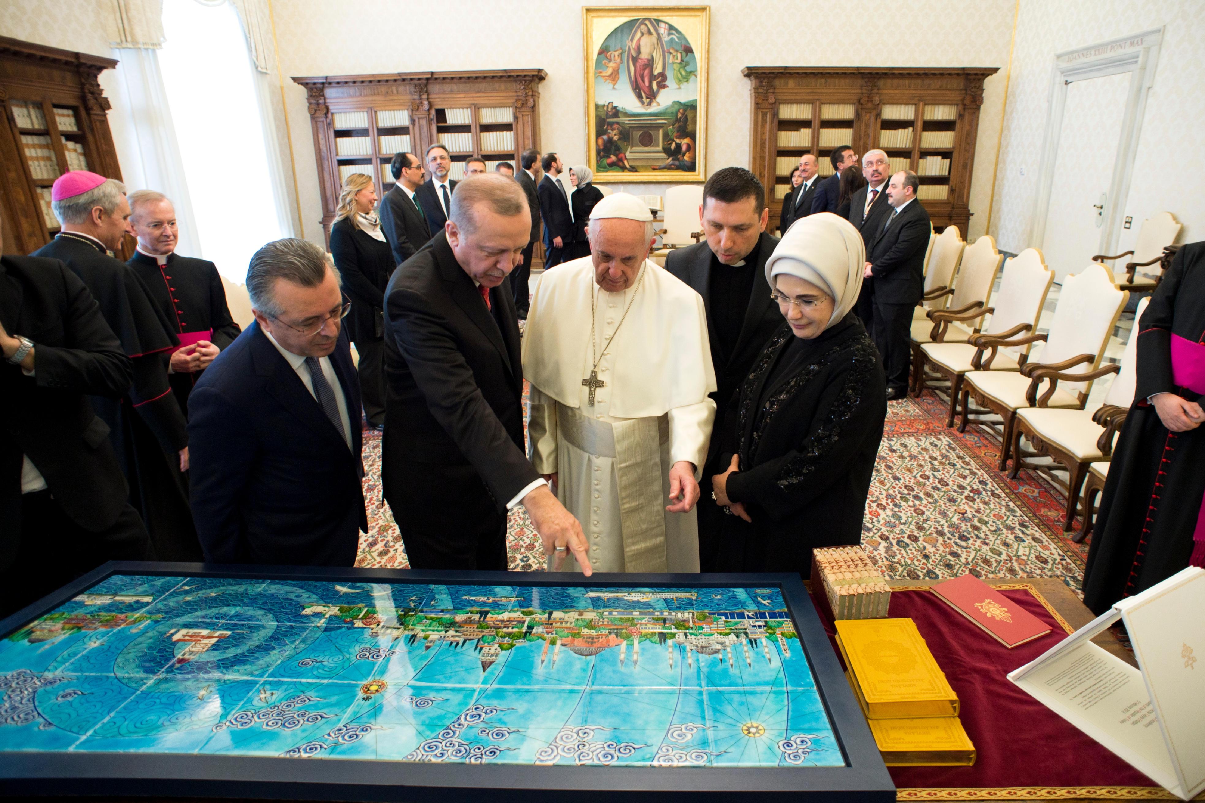 El Papa Francisco con el Presidente de Turquía y con su mujer © Vatican Media