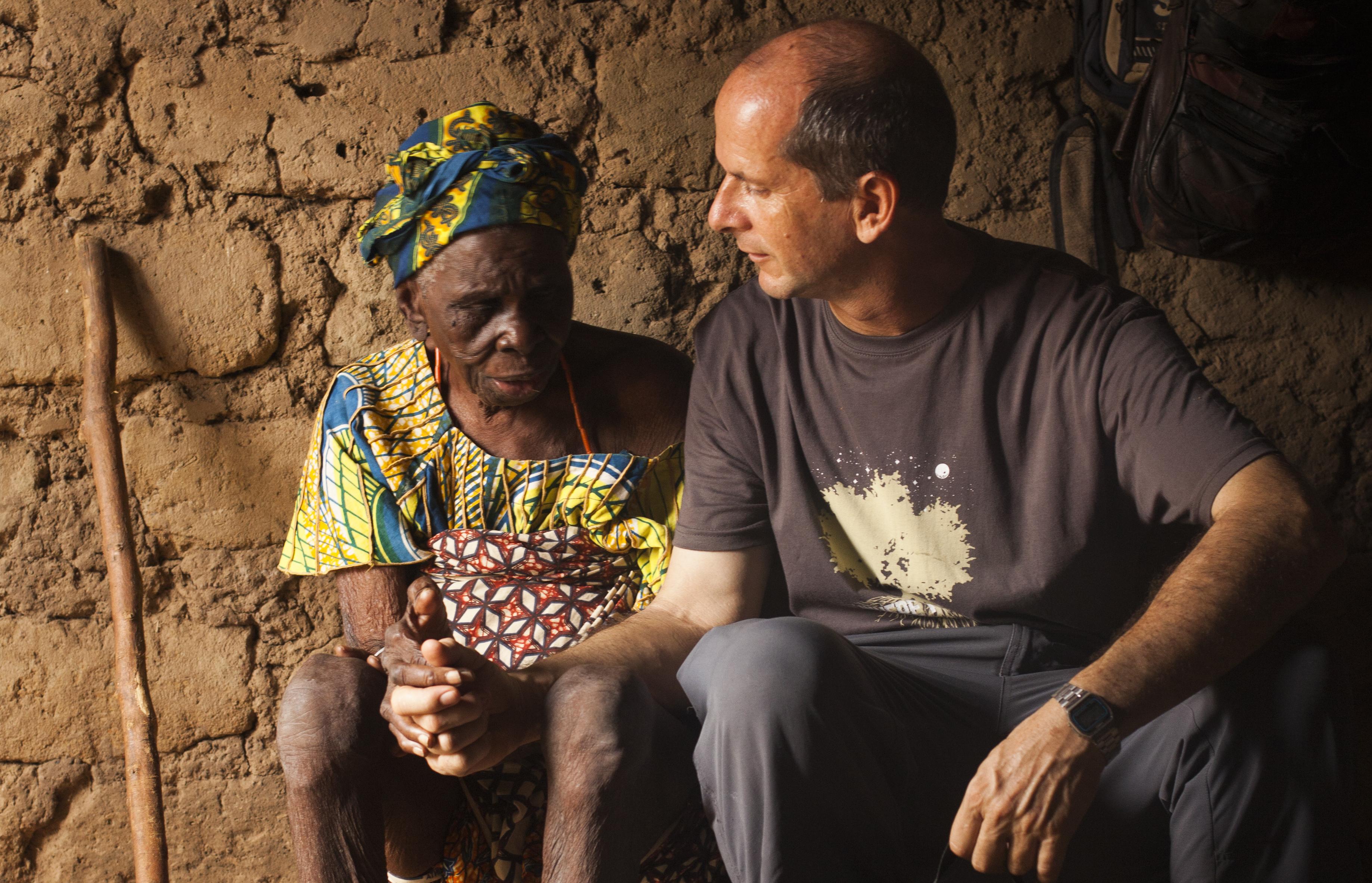 Juan Pablo López Mendía acompaña a una anciana en Benín © Diego Ruiz Quemada