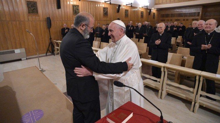 Agradecimiento del Papa al P. José Tolentino Mendonça © Vatican Media