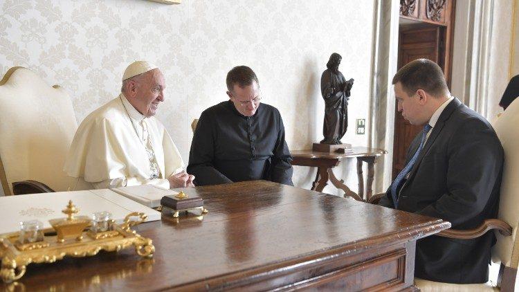 El Papa Francisco con el Primer Ministro de Estonia, Jüri Ratas © Vatican Media