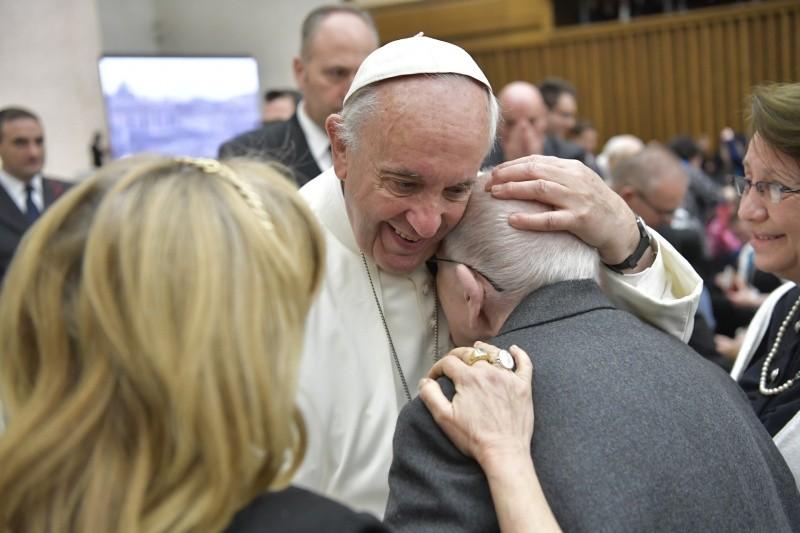 Francisco abraza a un anciano en la Audiencia General © Vatican Media