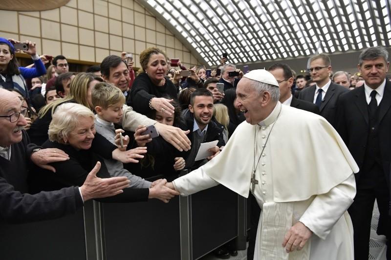 El Papa saluda en la Audiencia General © Vatican Media