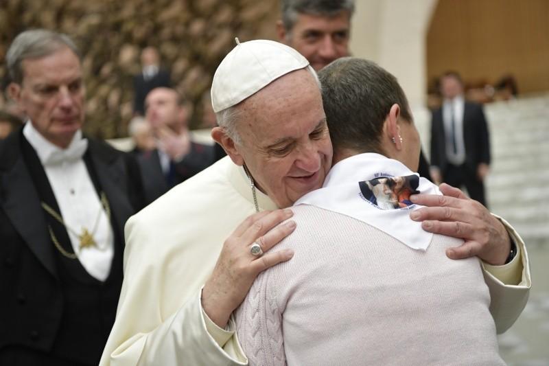 Papa abraza a una mujer en la Audiencia General © Vatican Media