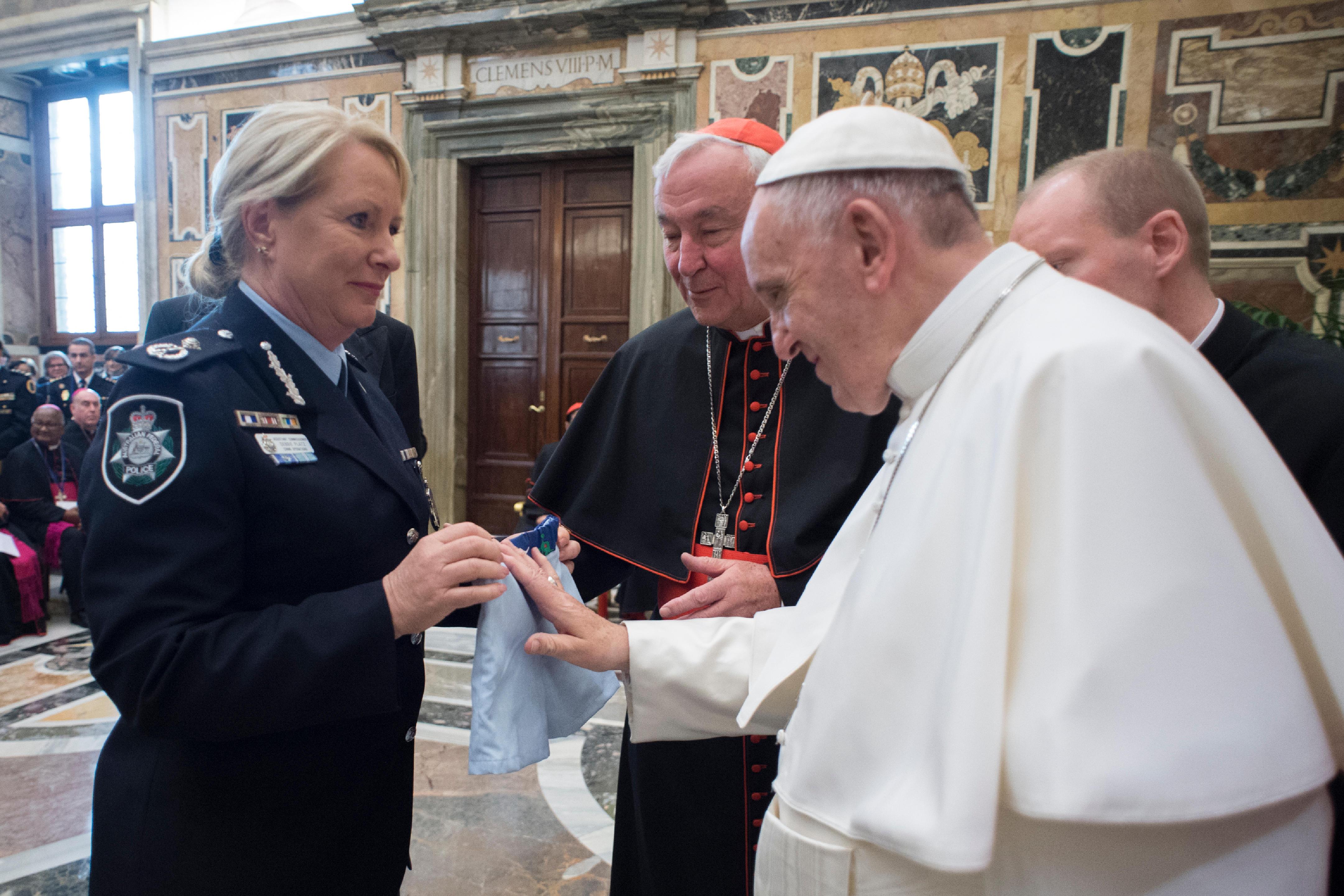 El Papa saluda a una mujer policía del 'Grupo Santa Marta' © Vatican Media