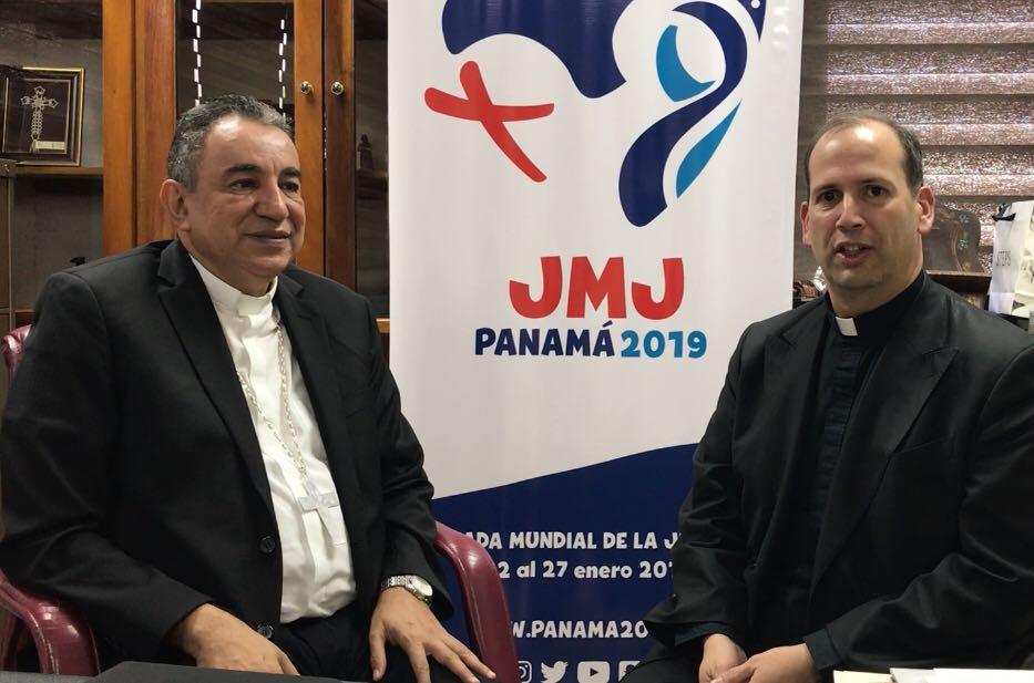Mons. Ulloa y presentador de NotiGAPE © Isidro Ramírez