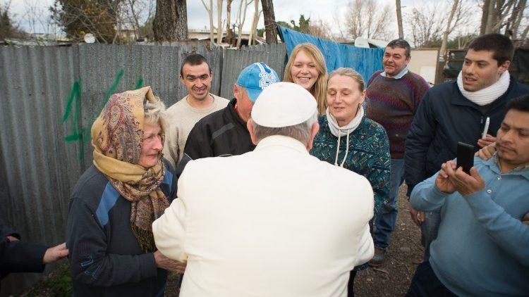 El Papa saluda a un grupo de indigentes © Vatican Media