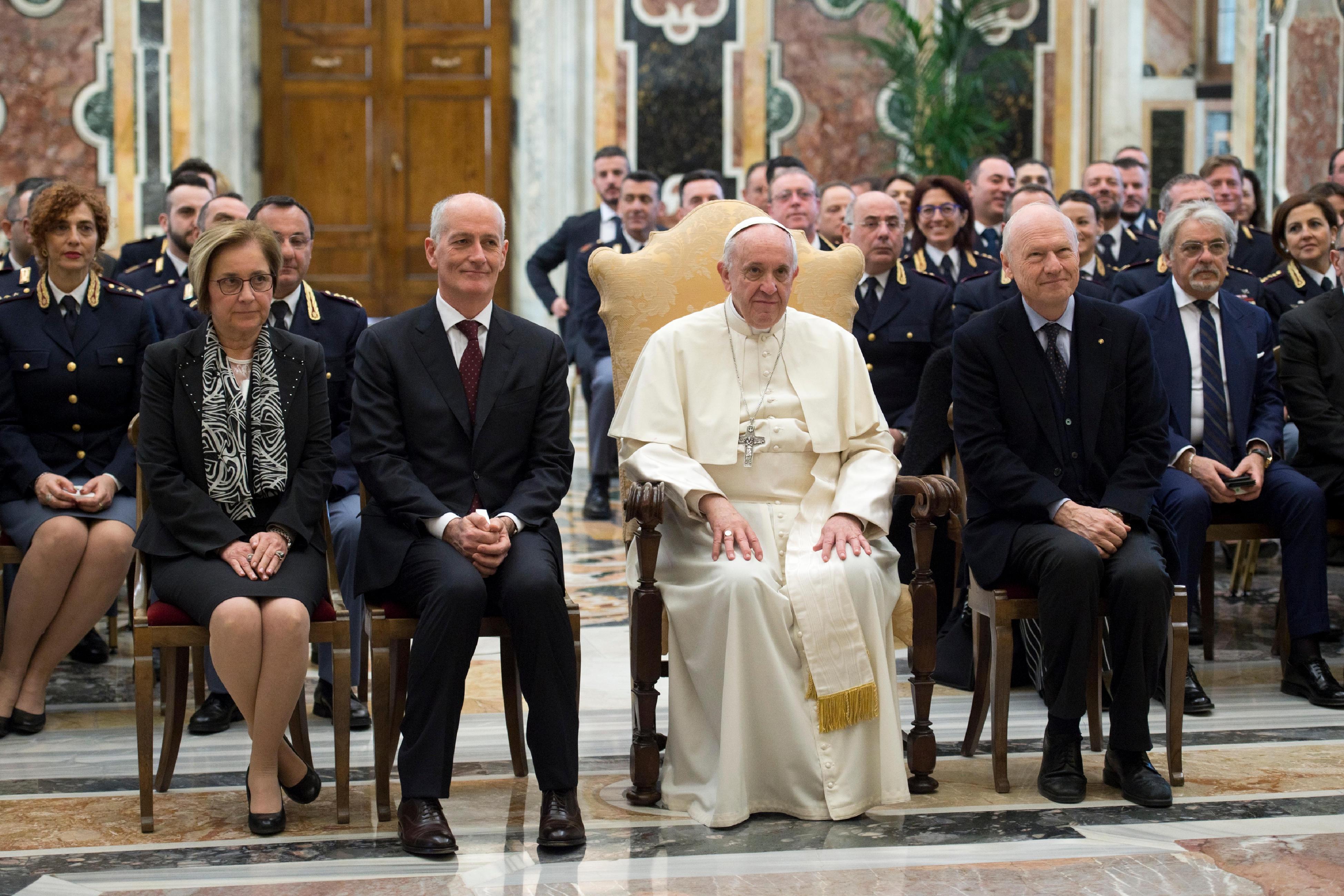 El Papa con los dirigentes de Inspección de Seguridad Pública del Vaticano © Vatican Media