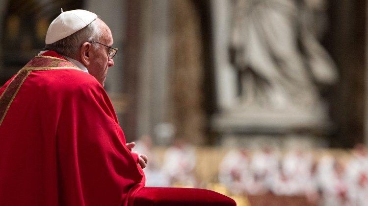 El Santo Padre Francisco en oración © Vatican Media