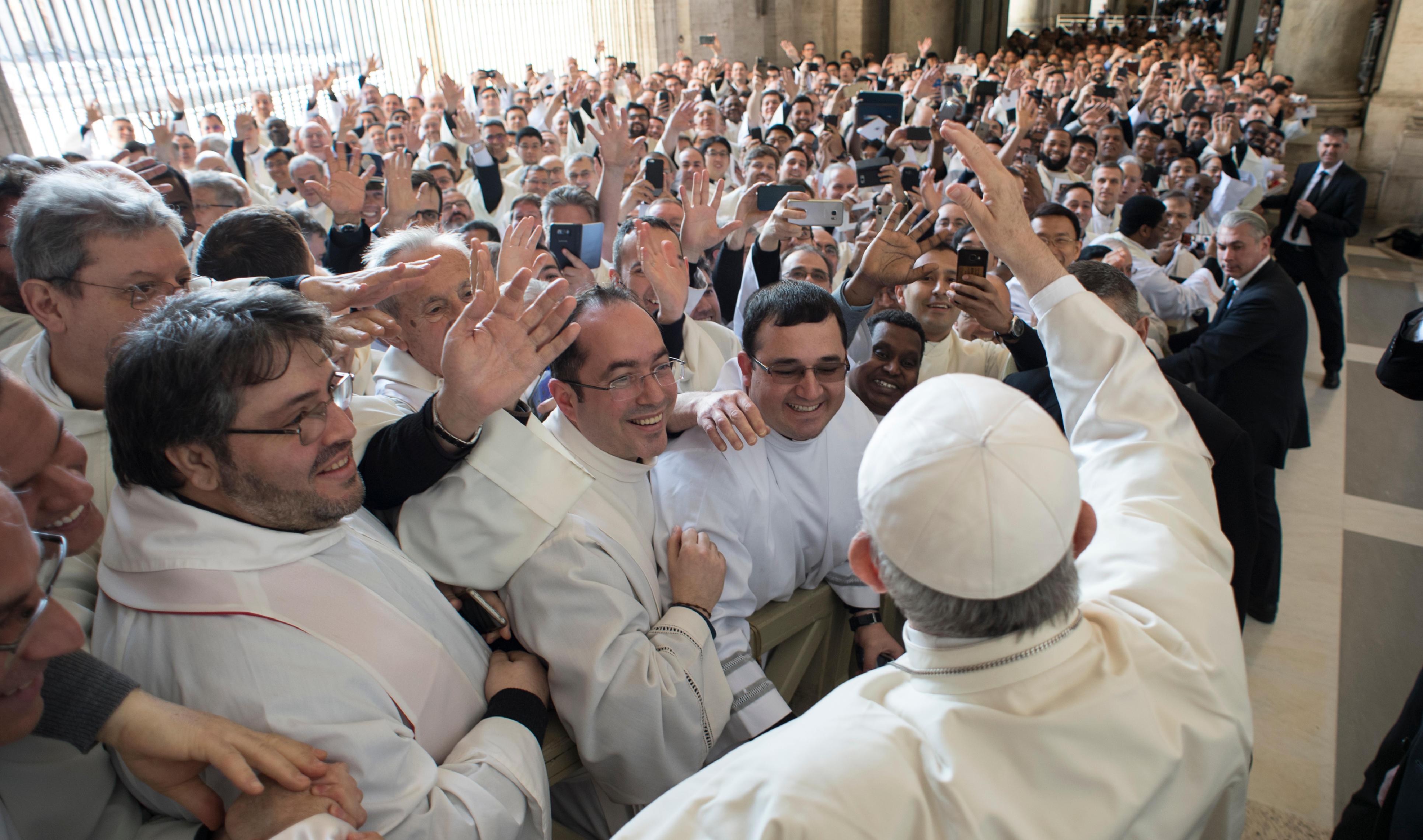 Francisco bendice a los sacerdotes el Jueves Santo en el Vaticano, 29/3/2018 © Vatican Media