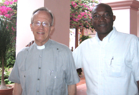 El P. Silvano (dcha) con Mons.Alfredo Petit, en la Casa Sacerdotal de La Habana © A. Cantero
