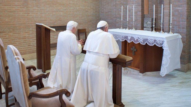 Francisco y Benedicto XVI rezan juntos © Vatican Media
