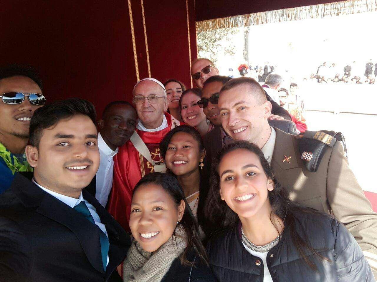 El Papa posa con algunos jóvenes para un selfie © Synod2018.va