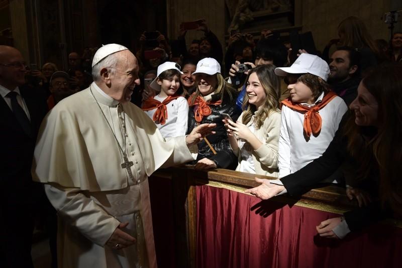 Jóvenes reciben la bendición del Papa © Vatican Media