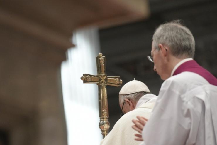 El Papa en oración © Vatican Media