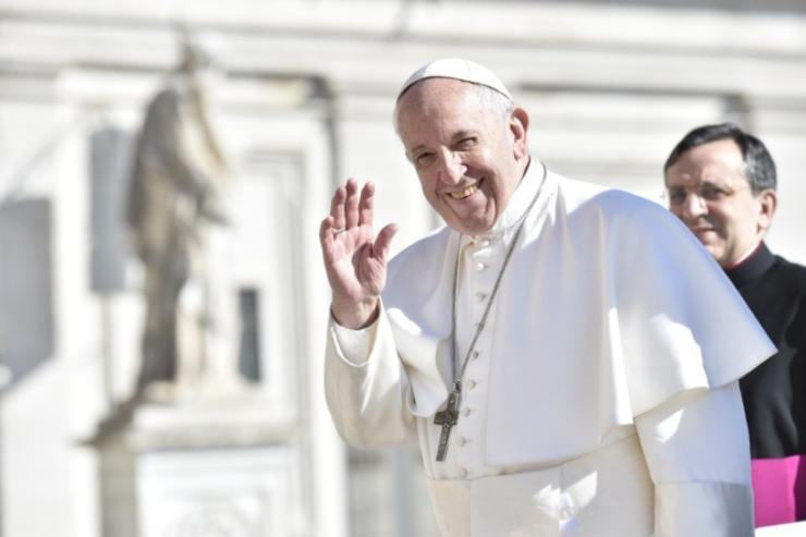 El Papa saluda a la multitud © Vatican Media
