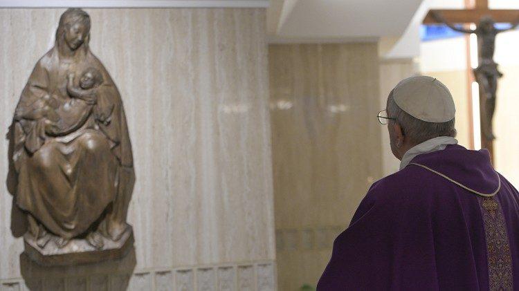 Francisco ora en la capilla de Santa Marta © Vatican Media