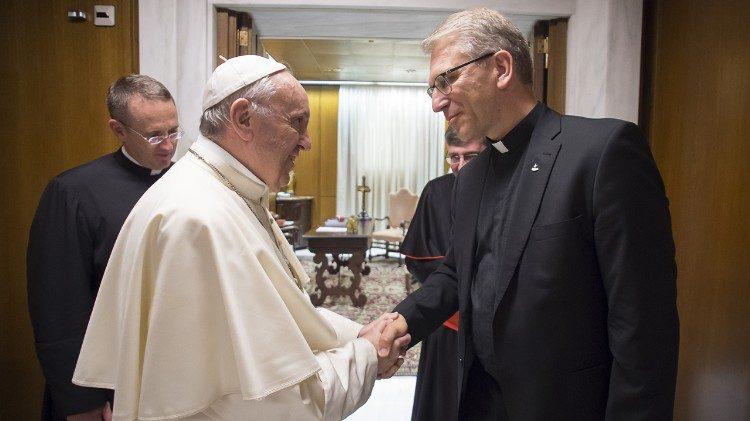 Francisco saluda al pastor Olav Fykse Tveit © Vatican Media
