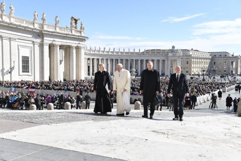El Papa llega a la plaza de San Pedro © Vatican Media