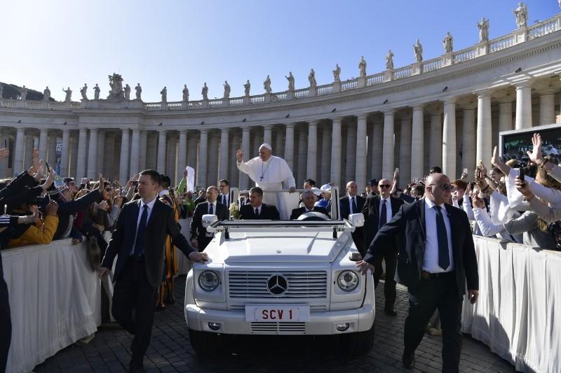 Francisco entra en papamóvil a la plaza de S. Pedro © Vatican Media