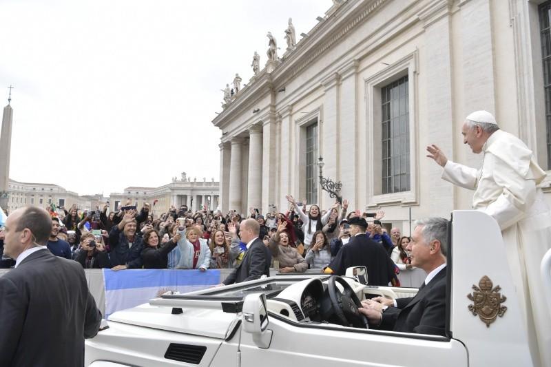 El Santo Padre saluda a lo jóvenes en la Audiencia General © Vatican Media