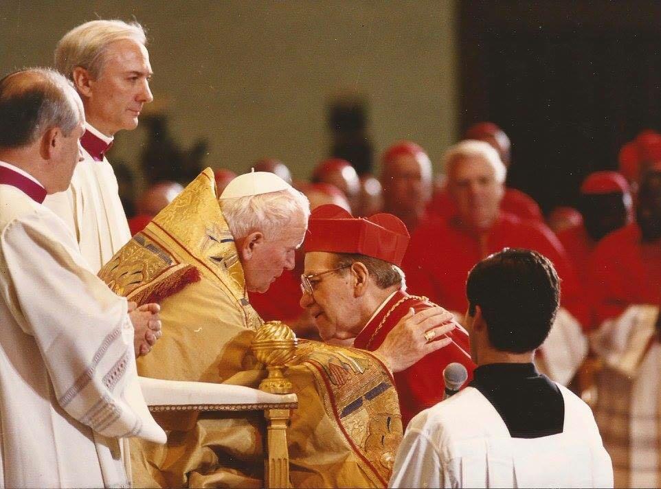 Mons. Adolfo Suárez es bendecido por S. Juan Pablo II © Jesús Treviño