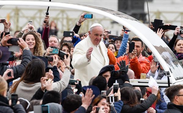 El Papa Francisco con los jóvenes © Opus Dei