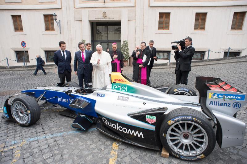 Bendición del coche 'Gen 2' de la Fórmula E © Vatican Media