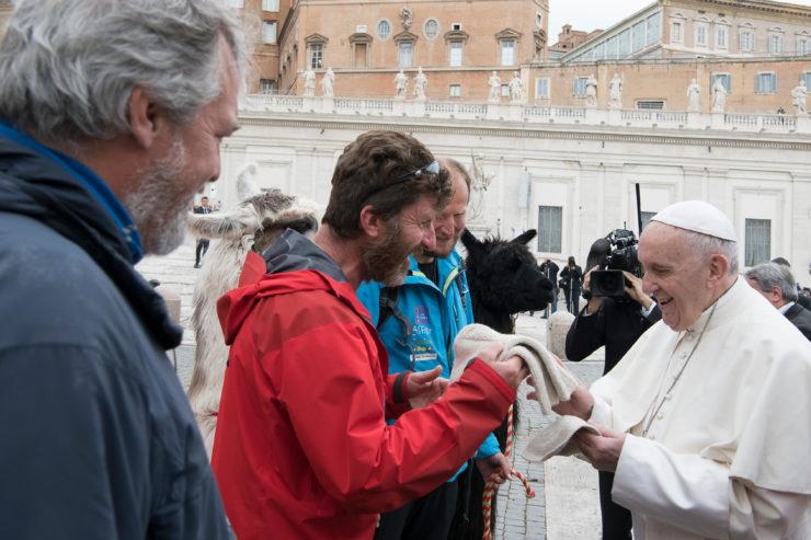 Walter Mair ofrece al Papa un gorro y calcetines de lana de alpaca © Vatican Media