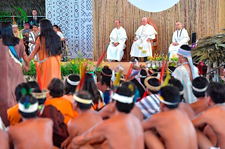 Mons. David Martínez junto al Papa con indígenas en Puerto Maldonado (Perú) © Vatican Media