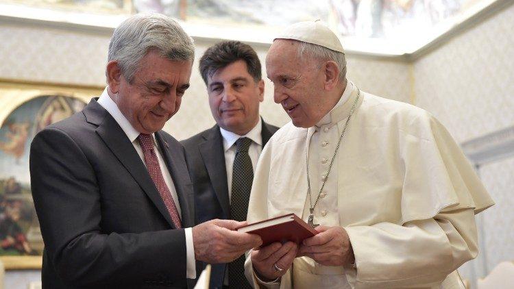 El Papa recibe un regalo de Serzh Sargsyan © Vatican Media