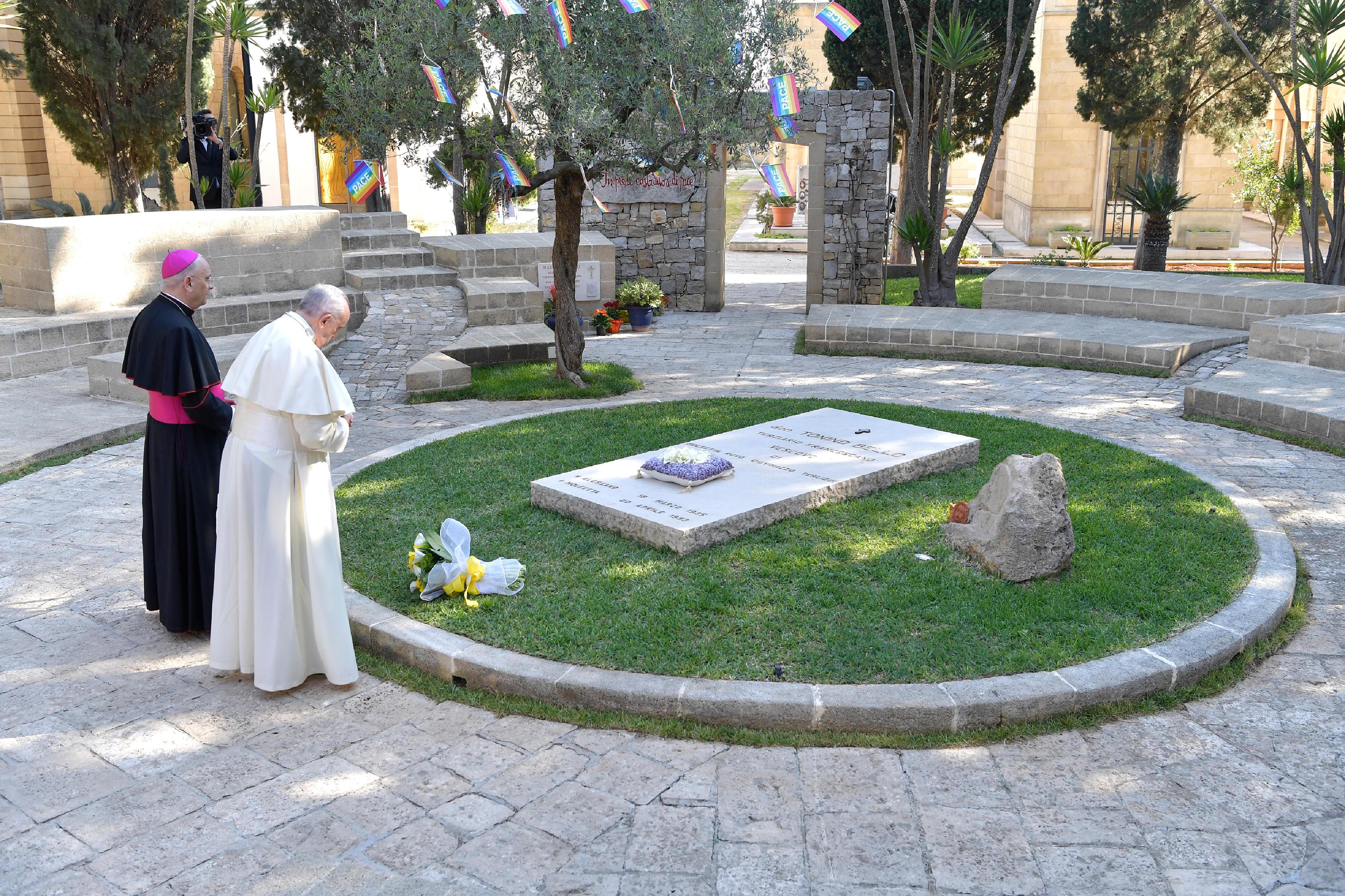 Francisco reza en la tumba de Don Tonino © Vatican Media