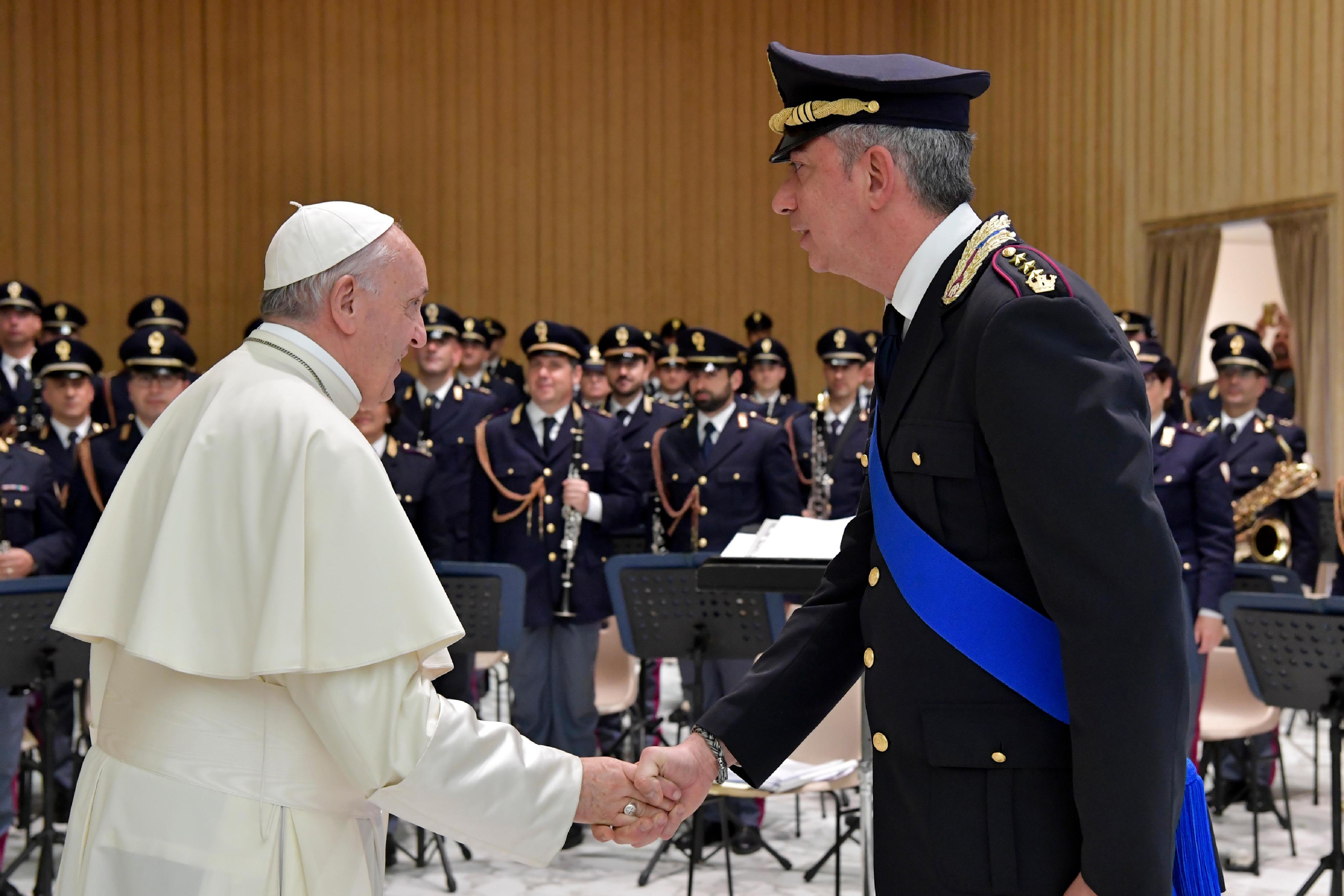 El Papa saluda al jefe de policía © Vatican Media