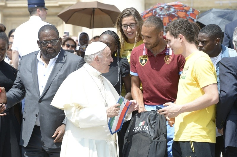 El Papa conversa con dos jóvenes © Vatican Media