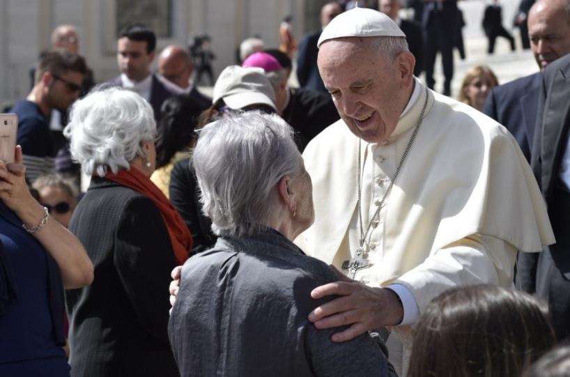 El Papa con una persona mayor © Vatican-Media