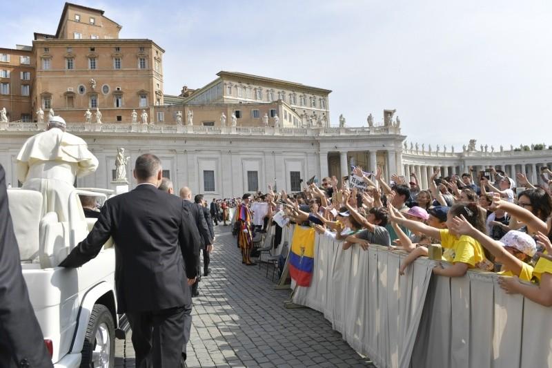 Un grupo de peregrinos venezolanos saludan al Papa © Vatican Media