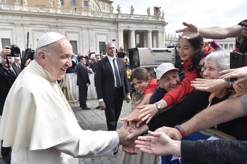 Saludo del Papa a jóvenes y adultos en la Audiencia general © Vatican Media