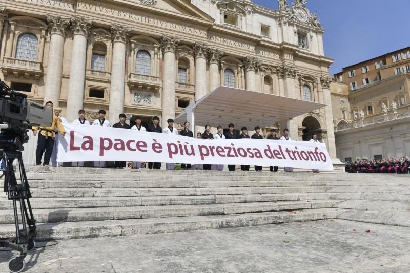 Pancarta mostrada por los atletas coreanos en la audiencia general © Vatican Media