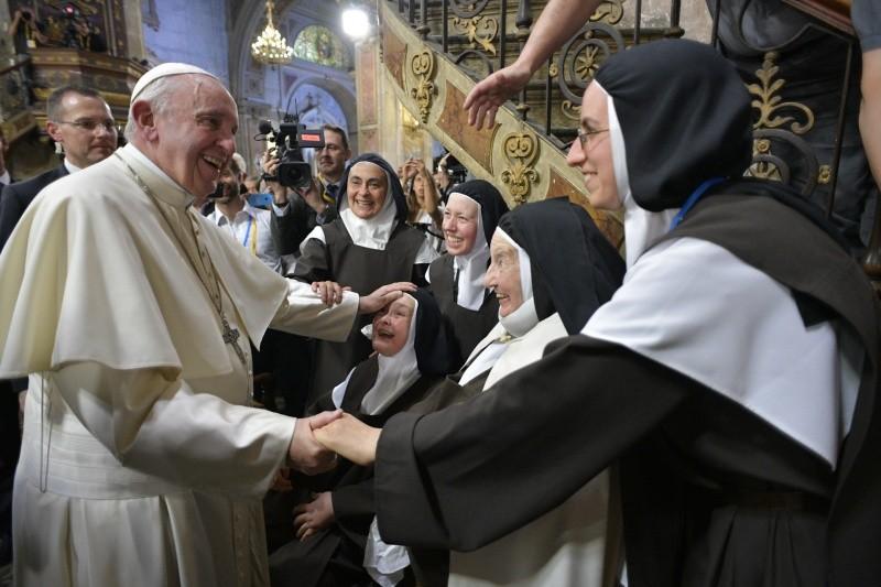 El Papa saluda a un grupo de religiosas en Chile © Vatican Media