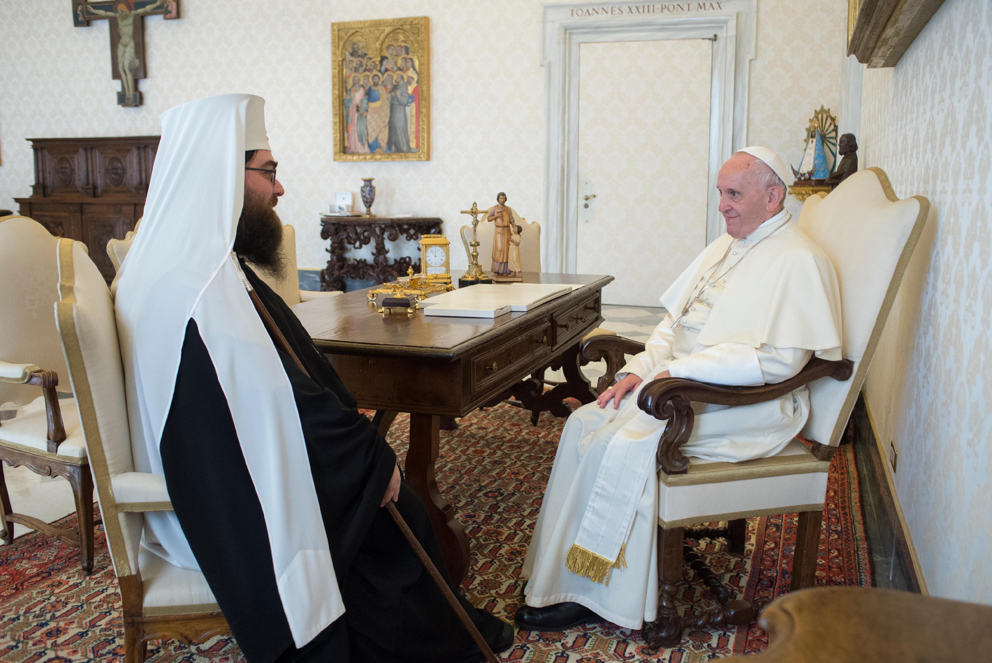 El Papa conversa con el Metropolitano Rastislav © Vatican Media