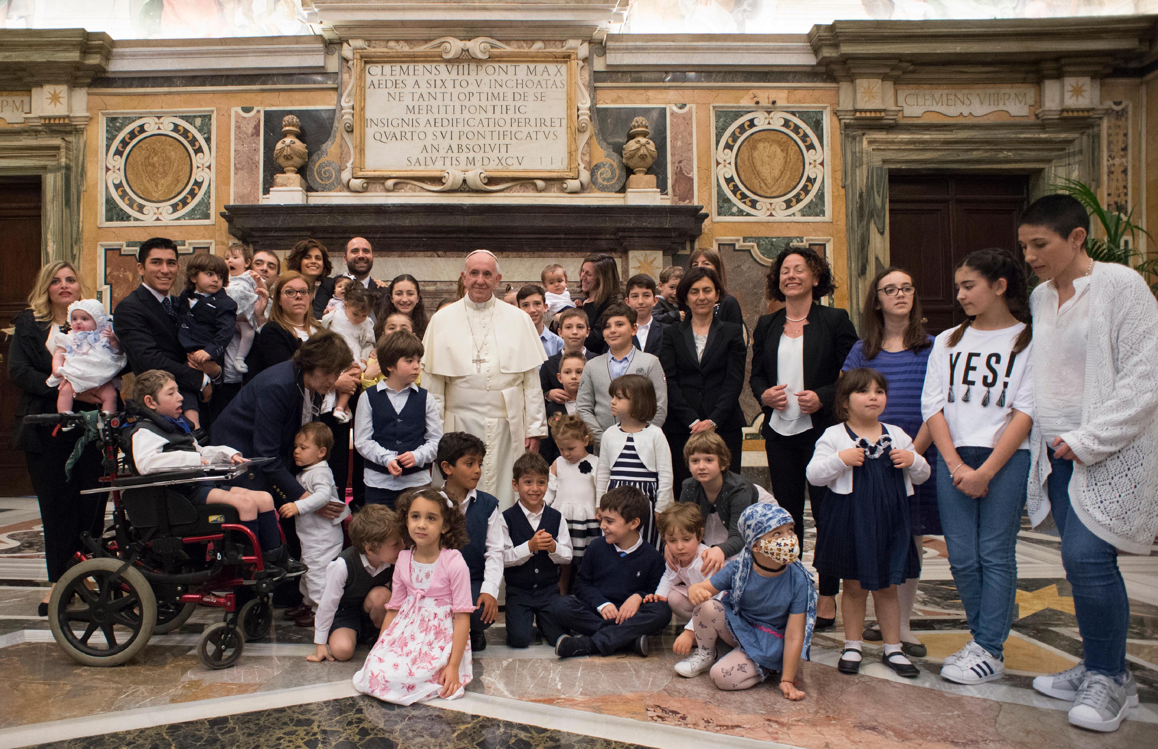 El Papa junto a un grupo de niños del Círculo de San Pedro © Vatican Media